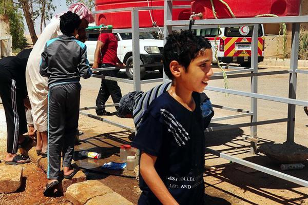 叙利亚部分难民离开边境难民营 踏上返乡路