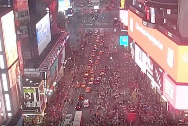 摩托车回火声引恐慌 纽约时代广场人群四处奔逃