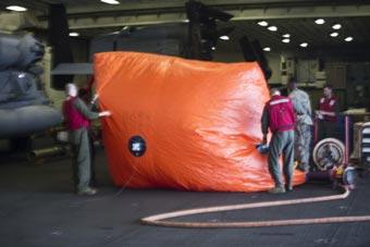 """美F-35B战机进行攻击训练 靶标是个""""大番茄"""""""