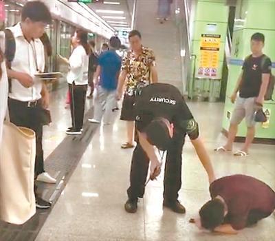 地铁站内上演生死救援:小伙呼吸骤停,众人上演生死救援