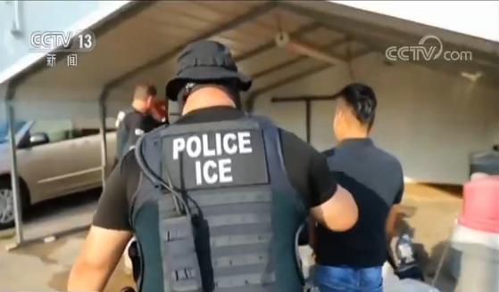 美国移民执法部门突击搜查 逮捕数百名非法移民