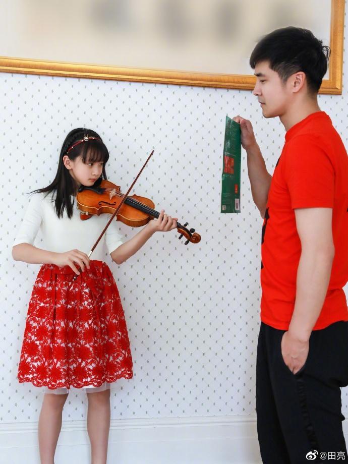 昂首扬眉气轩昂缠恋前妻森碟称七夕是女儿节 让田亮甘当琴架合作她操练拉琴