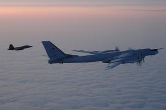 俄军战略轰炸机逼近阿拉斯加 美军F-22紧急拦截
