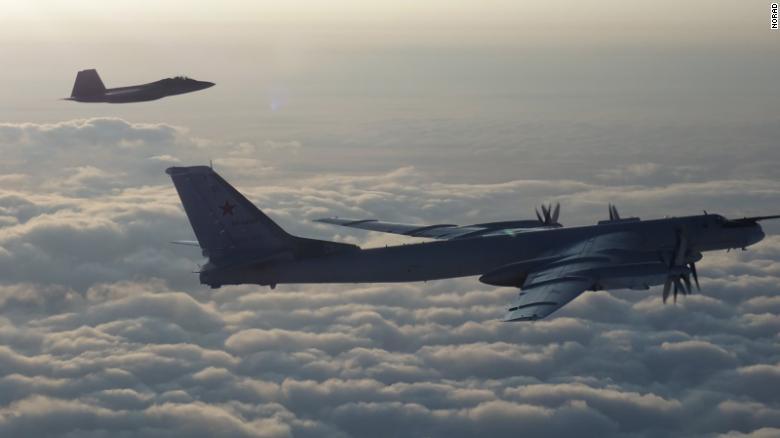 当时两架美国F-22战斗机拦截了4架俄罗斯轰炸机和2架苏-35战斗机