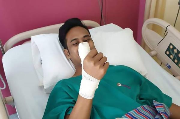 马来西亚一男子用保护膜破裂手机玩游戏 碎片嵌入手指四个月