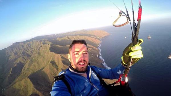 西班牙一男子烟囱上跳伞录视频 降落伞未打开不幸身亡
