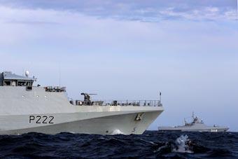 英俄两艘小型巡逻舰在英吉利海峡相遇