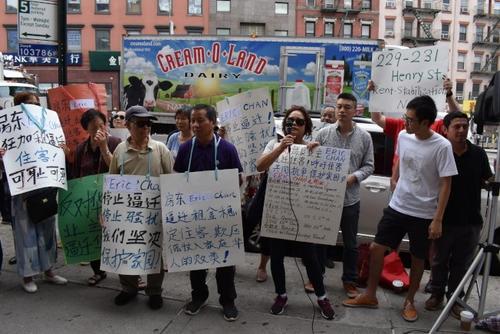 中国侨网近日,居住在纽约显利街(Henry St.)和威廉斯堡(Willamsburg)稳租房的十多户租客站出来,抗议华人业主Eric Chan不合理涨租、逼迁房客。(美国《世界日报》/颜嘉莹 摄)