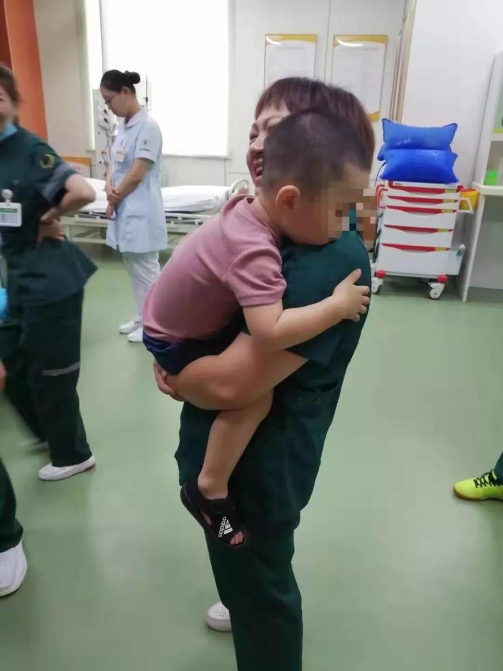 """""""宝宝不哭,阿姨抱抱""""!车祸现场这一幕,感动了所有人!"""