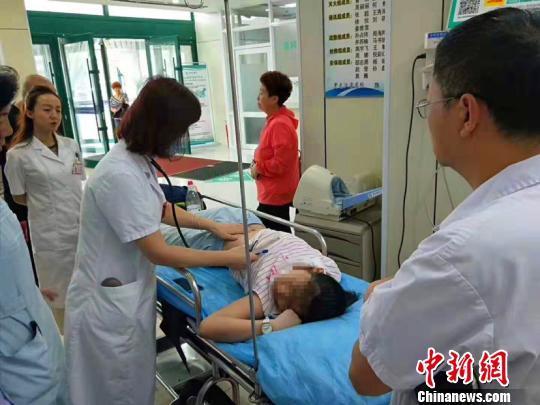 哈尔滨市一小女孩脑出血公交车上昏倒 医院开绿色通道全力救治