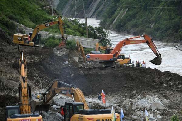 四川甘洛暴雨灾害救援 滑坡现场找到2名遇难者遗体
