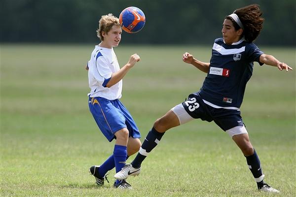 研究发现踢足球会对大脑造成伤害