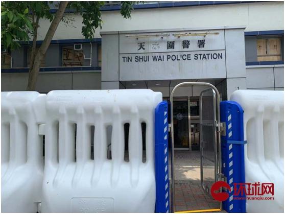 香港市民慰问天水围警署大家眼眶泛红称:比来差人太忙碌