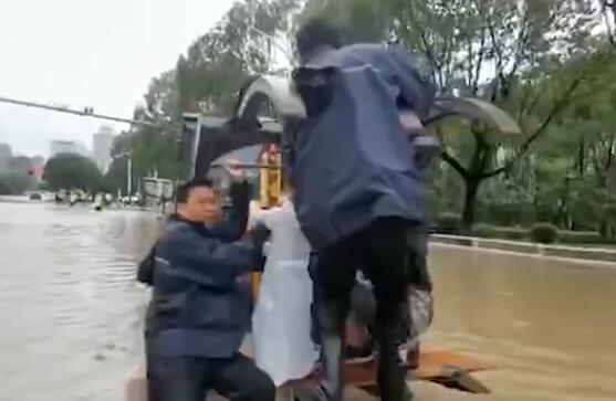 台风过境水深无法行车,浙江温岭民警征调铲车护送临产孕妇
