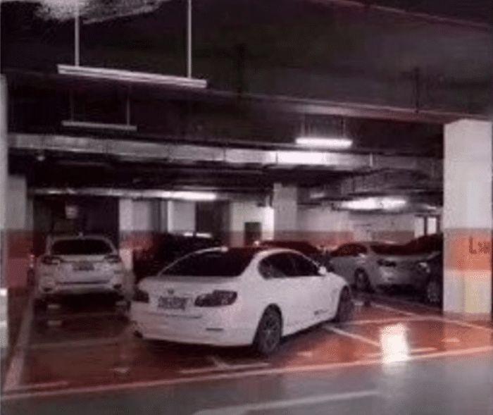 豪车占小区3个车位遭举报!有钱就能多占?