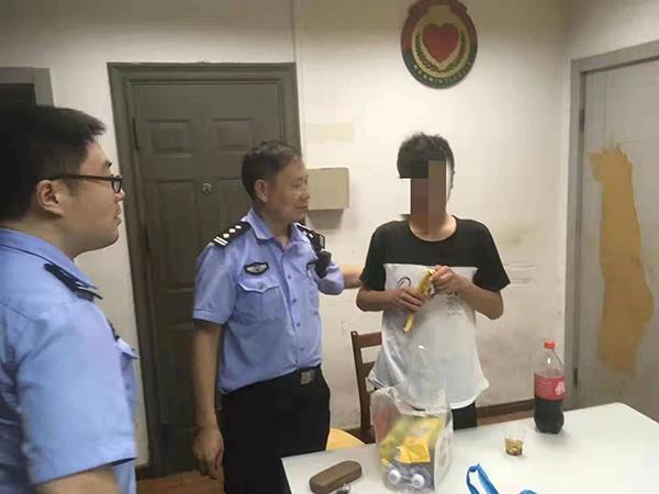 """15岁少年离家出走到上海遇上台风""""利奇马"""",民警伸出援手"""