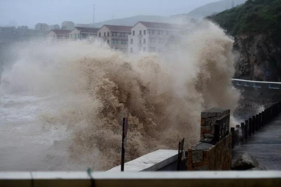 台风中的这些身影,帅极了!