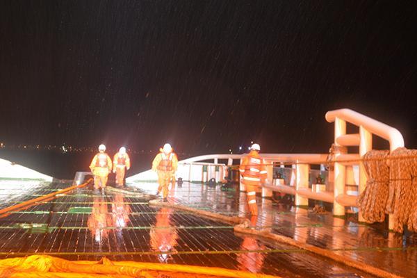 受台风影响一万吨货船偏荡失控15名船员遇险,现已获救