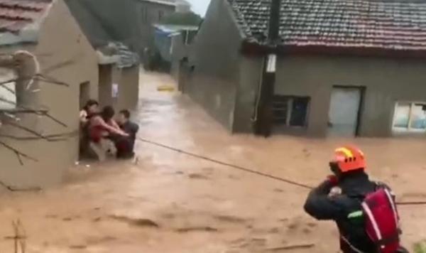 宁波一村庄爆发山洪,多名村民被困