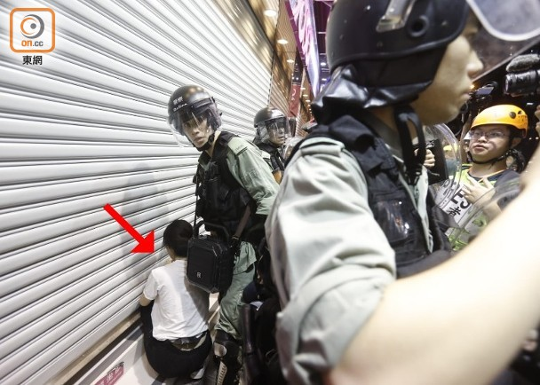 港警昨夜拘捕16人,港媒:其中一人疑为国泰航空空姐