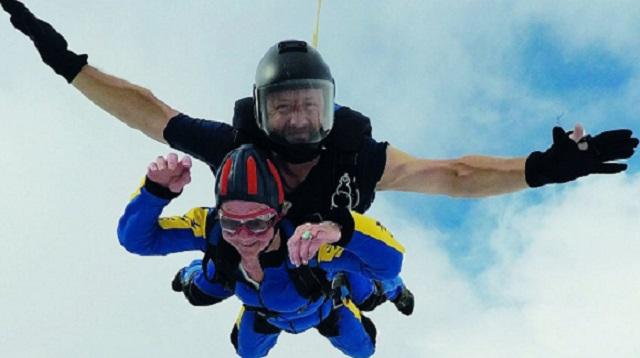 归来仍是少年!94岁老太在4500米高空玩跳伞