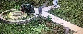 台风中,81岁的她在暴雨中心跪着