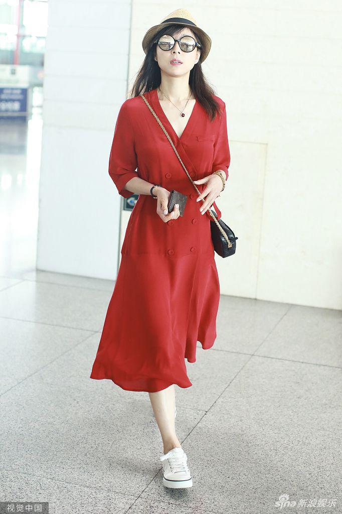 39歲張靜初穿紅裙溫柔不失大氣 對鏡微笑打招呼