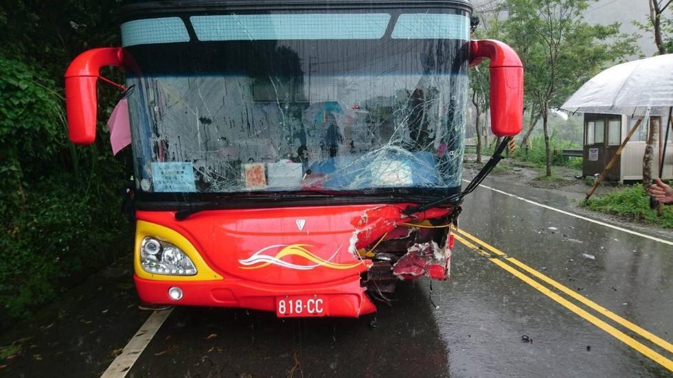 突发!载大陆旅游团客车在台湾撞车 伤者达11人