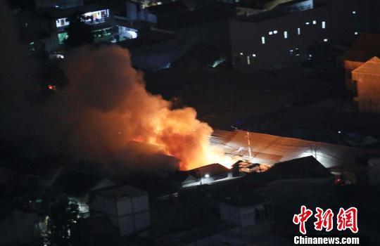 印尼首都雅加达火灾频发 消防车被堵影响灭火(图)