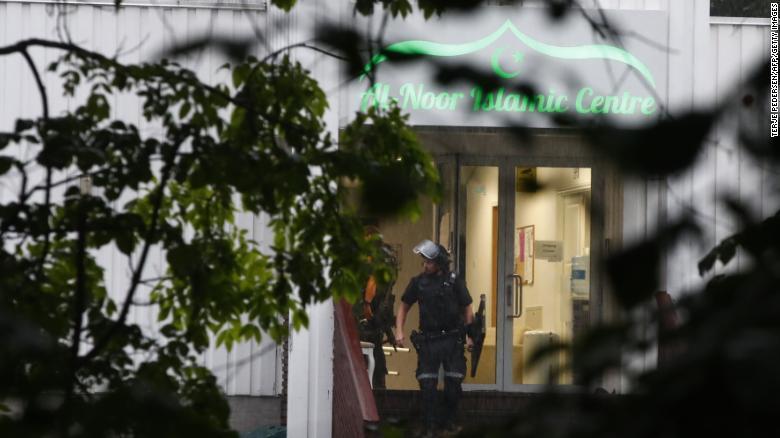 挪威清真寺枪击案细节:75岁老人锁喉制服20多岁嫌犯