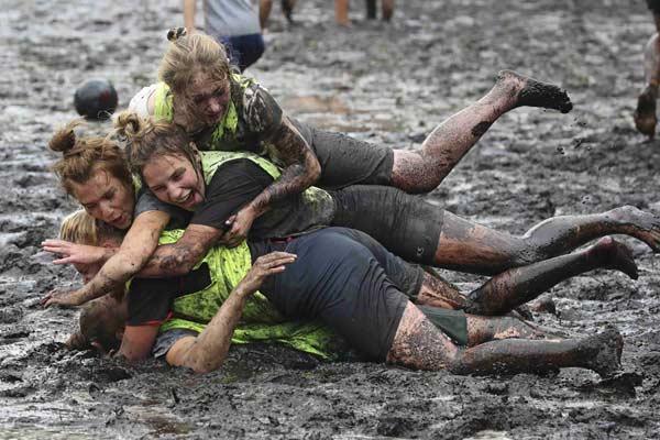 白俄罗斯举行趣味沼泽足球赛 满身泥浆欢乐无比