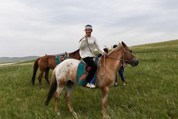 内蒙古草原:姑娘纵马放声唱