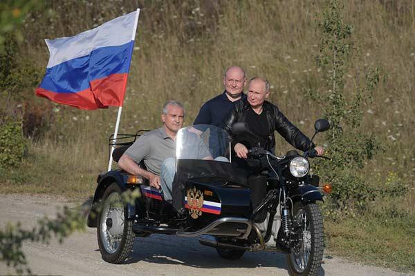 普京骑摩托车亮相克里米亚车展 车上还载两人