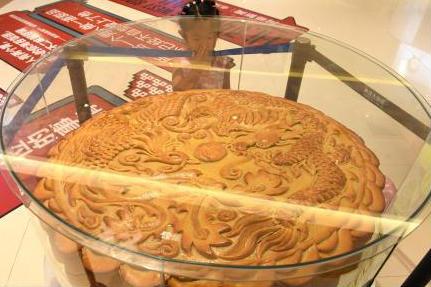 巨型月饼亮相重庆 卖价超2万元