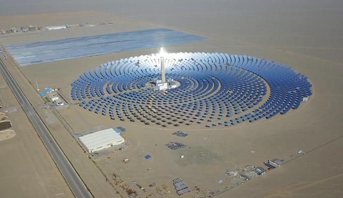 敦煌現中國首個百兆瓦級熔鹽塔式光熱電站