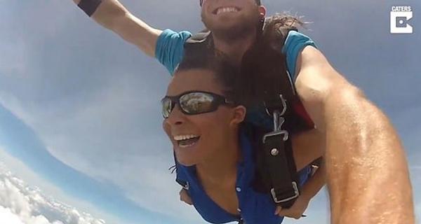 惊险!美国一少女跳伞时降落伞打结 及时打开备用伞
