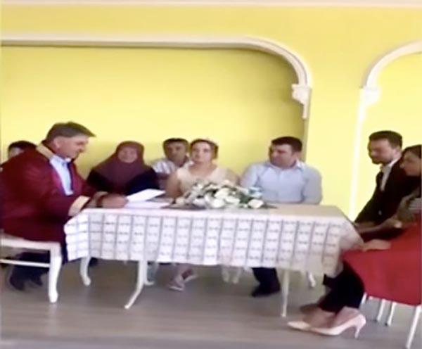 土耳其一对新人婚礼突遇地震 坚持完成誓言