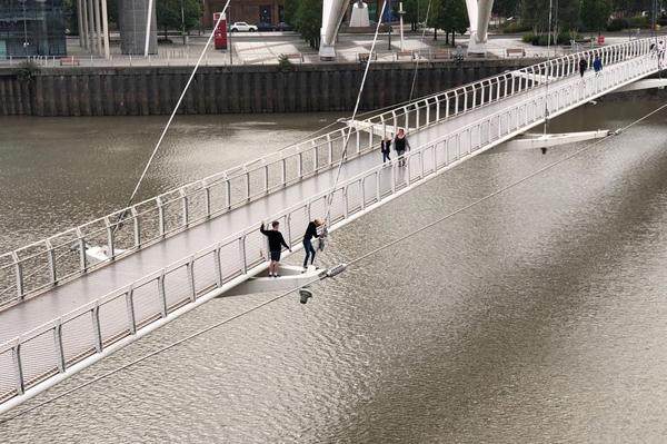 作死!英国两名少年大风中爬上大桥吊索表演危险动作