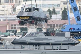 驻日美军登陆舰吊装神秘隐身艇现场图曝光