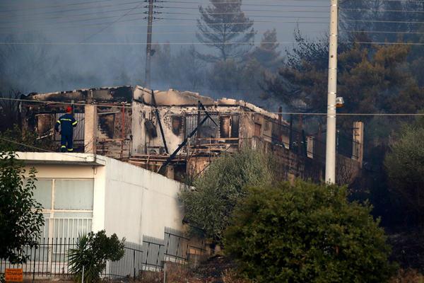希腊雅典东部发生山火蔓延至房屋 民众紧急撤离