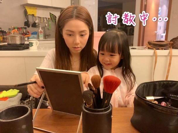 邓紫棋教干女儿化妆 两人面对镜子齐画眉乐在其中