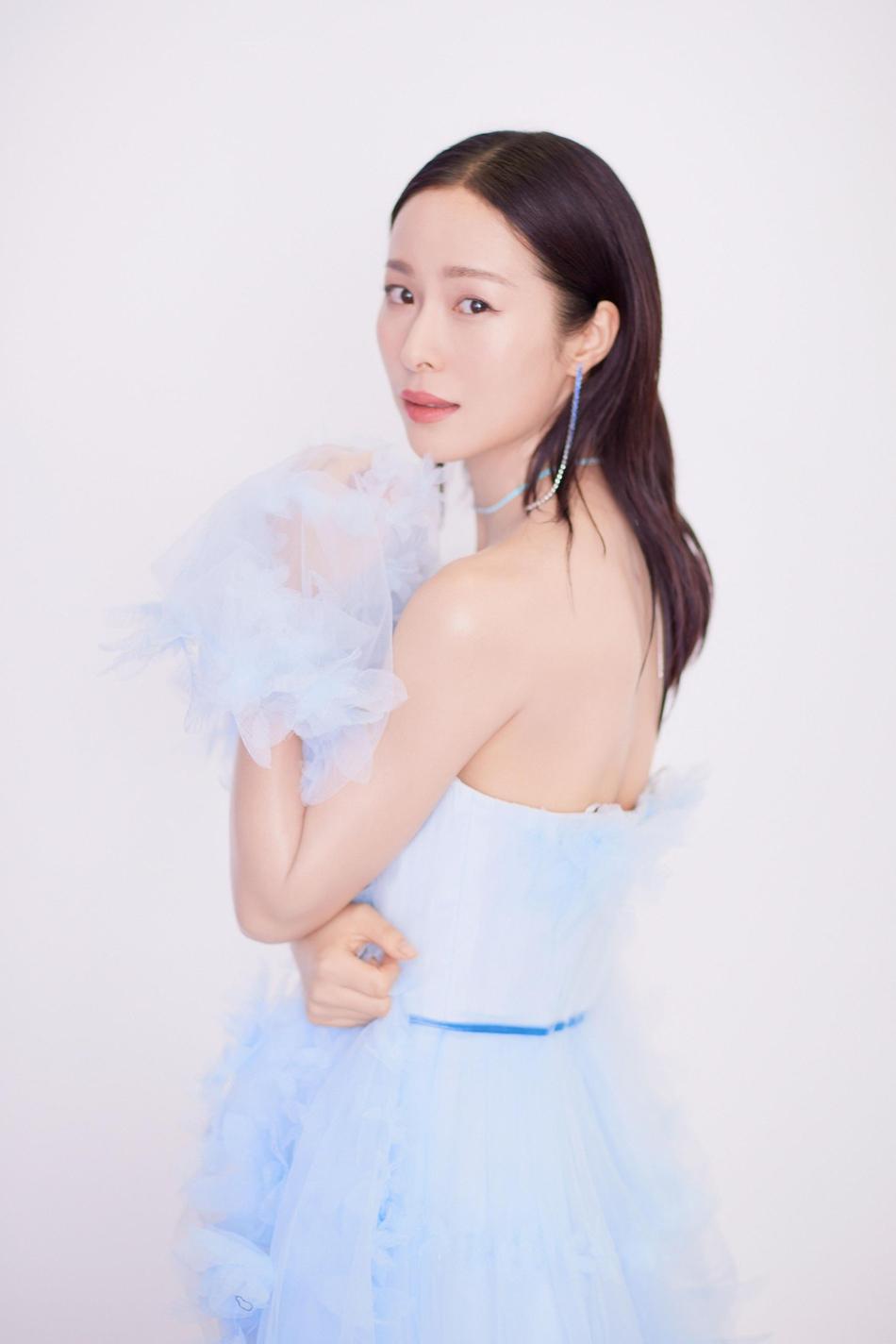 江一燕现身品牌活动 纱花点缀蓝色蛋糕裙气质超仙美
