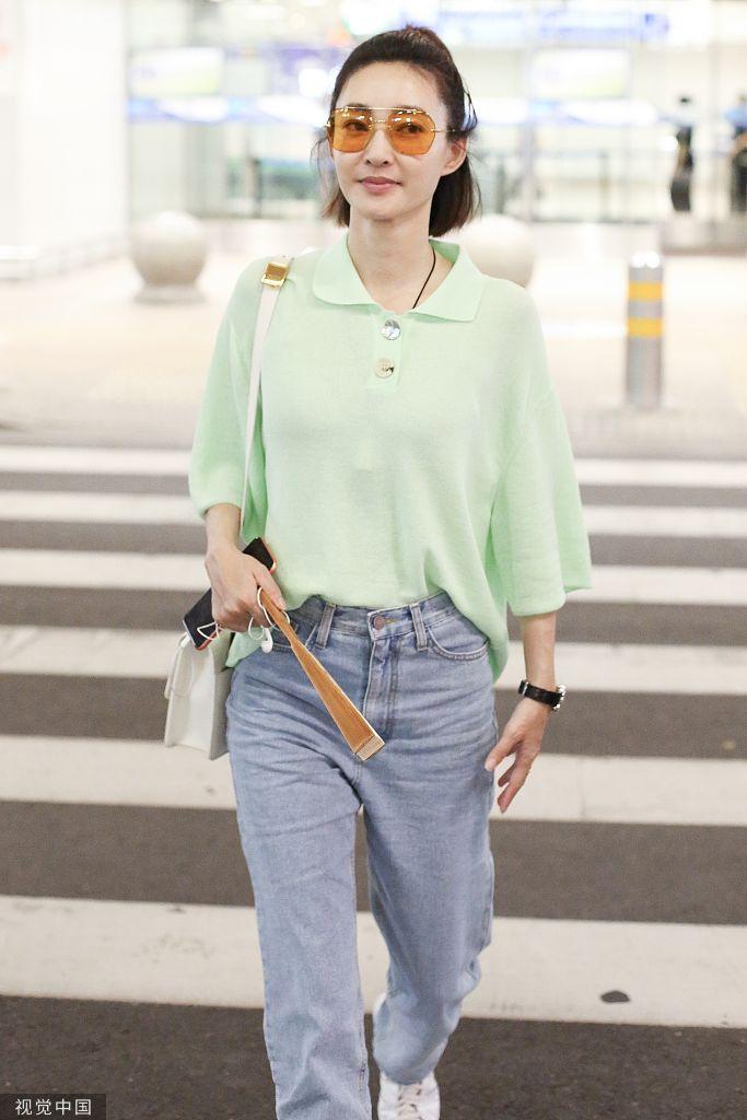 """王丽坤穿绿色衬衫变元气少女 手拿""""纳凉神器""""显清凉"""