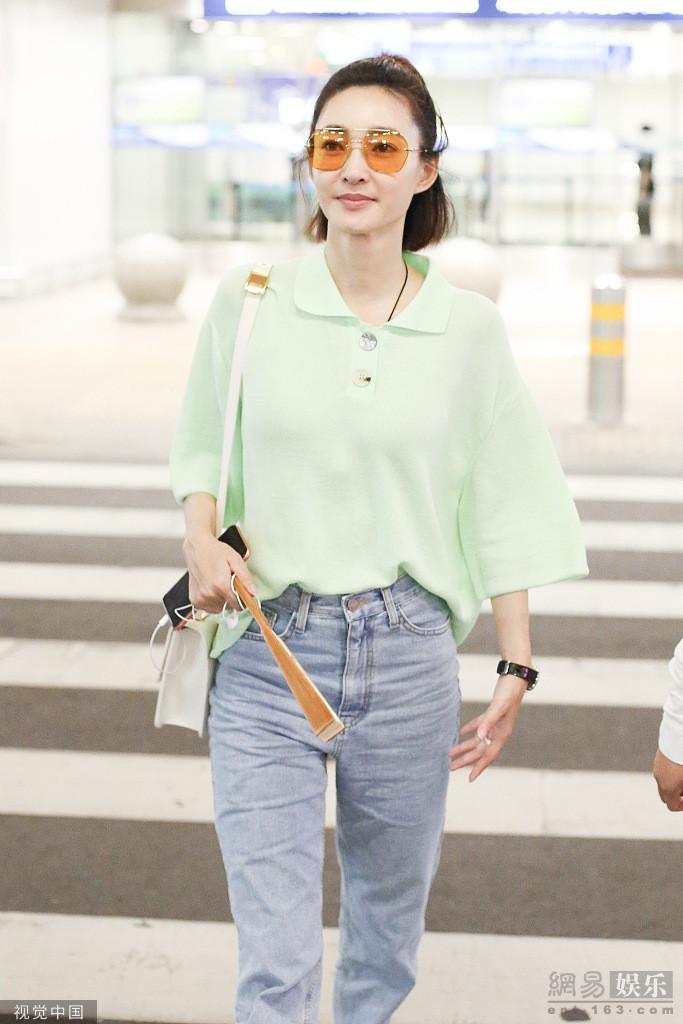 王丽坤穿绿衬衫变元气少女 手拿