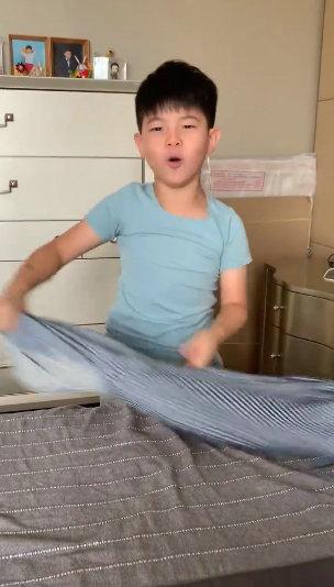 安吉变家务小能手 搞笑叠衣服逗乐一旁的小鱼儿