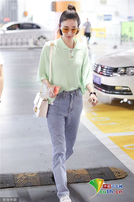 """王丽坤手拿""""纳凉神器""""身穿绿色衬衫变元气少女"""