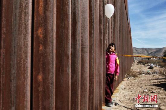 美墨边界现交互式壁画 诉说被遣返移民生命故事