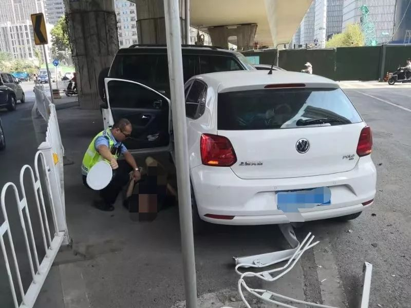 南京一辆行驶中的车辆突然失控,连续撞击路边车辆,司机疑似突发癫痫
