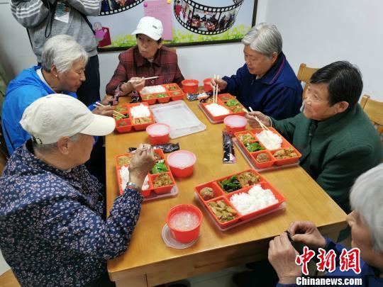 幸福食堂里用餐的幸福老人。 智声 摄