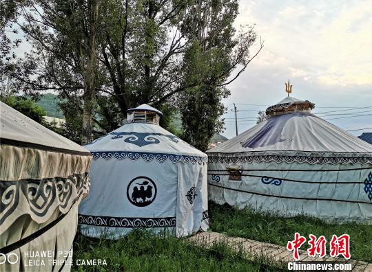 蒙古包里的烤全羊,难忘的美味与风情。 智声 摄